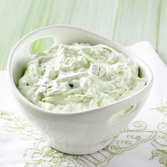 Fluffy Green Grape Salad Fluffy Green Grape Salad Recipe -I received this recipe from a cousin-in-law at a family reunion. Since then, I've brought it to many gatherings myself. We also like to eat it as a dessert. Fluff Desserts, Köstliche Desserts, Delicious Desserts, Yummy Food, Summer Desserts, Yummy Eats, Summer Recipes, Grape Recipes, Fruit Recipes