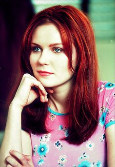 Kirsten Dunst in Spiderman! I totally love her! She is an amazing actress and makes a stunning Mary Jane Watson. Mary Jane Watson, Auburn, Blond, Spiderman Movie, Le Jolie, Great Hair, Beautiful Actresses, Redheads, Mary Janes