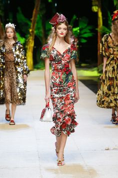 awesome Discover Videos and Pictures of Dolce & Gabbana Summer 2017 Womenswear Fashion S. Fashion 2017, Runway Fashion, High Fashion, Fashion Show, Fashion Dresses, Womens Fashion, Fashion Design, Fashion Glamour, Fashion Blogs