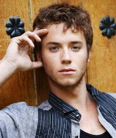 never doubted peter pan (Jeremy Sumpter) would grow up to be anything but good looking Jeremy Sumpter Peter Pan, Pretty People, Beautiful People, Real People, Famous People, Peter Pan Movie, Iron Fey, Victoria Aveyard, Cute Guys