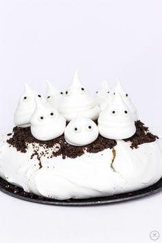 Knusprige Pavlova mit kleinen Gespensterbaisers / Crunchy pavlova with little ghostbuddies / www.backbube.com - Foodblog