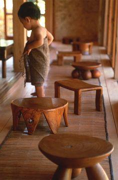 自然素材である無垢材から丁寧にかたち作られた座面が低めの小さい椅子たちは職人が一本の木を手彫りし完成させたもの