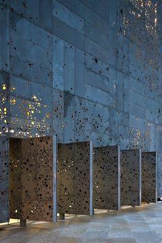 Eine individuelle Lochung wurde bei dieser Fassade eines spanischen Museums genutzt: Ampliación del Museo de San Telmo / Expansion for the San Telmo Museum, Nieto Sobejano Arquitectos/Architects (Plaza de Zuloaga, San Sebastián, España/Spain)
