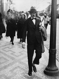 Fernando Pessoa (June 1888 - November was a Portuguese poet, writer, literary critic, translator, publisher and philosopher. He is described as being one of greatest poets in the Portuguese language. Michel De Montaigne, Portuguese Language, Writers And Poets, Book Writer, The Dreamers, Photography, Reading, Gentleman, Portuguese Lessons