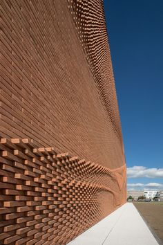 behet bondzio lin architekten has realised a strong textile image in the undulating brick facade of this building in germany. Architecture Renovation, German Architecture, Cabinet D Architecture, Brick Architecture, Ancient Architecture, Architecture Details, Parametric Architecture, Parametrisches Design, Brick Design