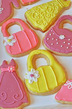 These Sugar Cookie Hearts with EASY royal icing are done in just a few steps using toothpicks! You won't believe how simple it is to create such beautiful heart designs on your sugar cookies. Flower Sugar Cookies, Sugar Cookie Icing, Royal Icing Cookies, Sugar Cookies Recipe, Cookie Recipes, Send Cookies, Xmas Cookies, Cake Cookies, Cookies Et Biscuits
