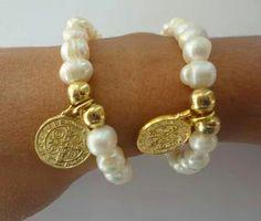 Pulsera perla cultivada con medalla de san benito oro laminado