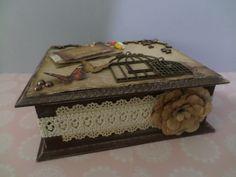 Caixa Média Quadrada em MDF com divisórias e decoração Scrap Decor na tonalidade rústica com apliques Vintage...