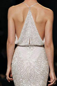 Brautkleid im lockeren Retro-Stil aus Pailletten und Rücken in Dreiecksform
