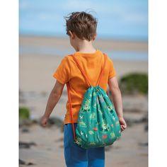 Rucsacul cu șnur Frugi este fabricat din poliester 100% reciclat , e un material impermeabil acoperit cu PU, pe față are un detaliu reflectorizant.  Rucsacul se strânge cu ajutorul șnurului.   Modelul rucsacului cu șnur este broaște săltărețe pe culoarea verde.  Atenție: Producatorul nu îl recomandă sub vârsta de 3 ani! Drawstring Backpack, Backpacks, Bags, Fashion, Green, Handbags, Moda, Fashion Styles, Backpack