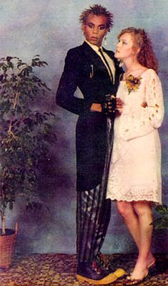 RuPaul at a high school prom, Looks like Jack the Pumpkin King, before his time! Poor girl looks madly in love with him. Photoshop Fails, Celebrity Prom Photos, Funny Family Photos, Vintage Magazine, Awkward Family Photos, Awkward Prom Photos, Prom Date, 80s Prom, Photo Vintage