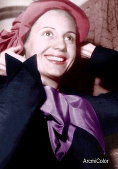 Eva Peron probándose un sombrero Retro Baby, Retro Vintage, President Of Argentina, Queen, Perfect Woman, Call Her, Style Icons, Winter Hats, In This Moment