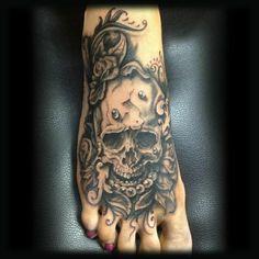 tattoos bilder stilvoll tattoo am fuss totenkopf