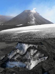 Italie, la Sicile sur le volcan Etna avec des couches de neiges et de cendres superposées