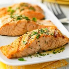 Healthy fats like SALMON, iron-rich foods, and smart snacking can help you fight fatigue. High Protein Recipes, Heart Healthy Recipes, Protein Foods, Healthy Choices, Healthy Heart, Protein Sources, Healthy Dishes, Healthy Fats, Healthy Eating