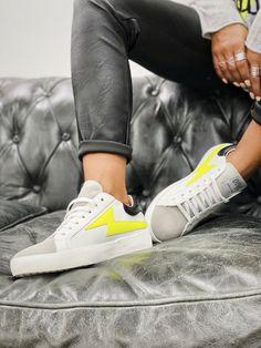 Les baskets FLASH blanc/jaune fluo de la marque Ovyé sont des baskets en cuir blanc avec languette en daim gris et empiècement en forme d'éclair jaune fluo, semelle en gomme. Baskets En Cuir, Adidas Gazelle, Boho Fashion, Adidas Sneakers, Boutique, Shoes, White Leather, Fallow Deer, Fit