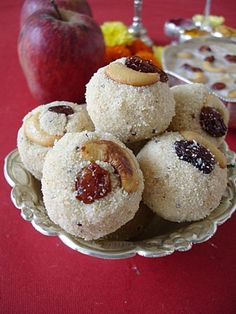Indian dessert recipe: how to make rava ladoo. Indian Dessert Recipes, Indian Sweets, Sweets Recipes, Indian Recipes, Sin Gluten, Gluten Free, Rava Ladoo, Cheesecake, Gateaux Cake