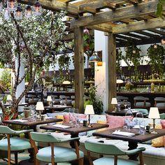 Cecconi's Restaurant in Miami, Florida by Martin Brudnizki Design Studio #martinbrudnizkidesignstudio #inandoutdecor  Sophisticated, modern and cozy decor./ Decor sofisticado, moderno e aconchegante.
