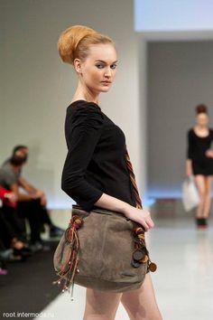 Carolina Souza, diseñadora de bolsos, nos enseña su nueva colección de  bolsos y carteras Colombianas.