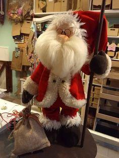 Santa Christmas Gnome, Christmas Wreaths, Christmas Ornaments, Outdoor Christmas Decorations, Holiday Decor, Diy And Crafts, Christmas Crafts, Felt Snowman, Santa Doll
