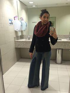 Calça pantalona jeans, blusa preta, maxi cachecol