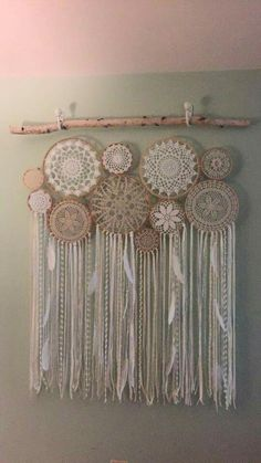 Crochet Doily Dream Catchers-What to do with these doilies! Doilies Crafts, Crochet Doilies, Lace Doilies, Los Dreamcatchers, Doily Dream Catchers, Dream Catcher Bedding, Dream Catcher Decor, Dream Catcher Nursery, Dream Catcher Mobile