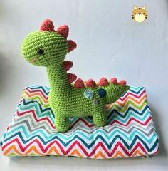 Patrón/ Pattern : Pica-Pau para Mollie Makes 57 Hilo/ Thread : Algodón/ Cott… - Herzlich willkommen Crochet Dinosaur Patterns, Crochet Amigurumi Free Patterns, Crochet Dolls, Crochet For Boys, Love Crochet, Crochet Baby, Baby Dino, Crochet Dragon, Dinosaur Toys