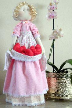 """Produzida artesanalmente a boneca Lucila foi inspirada na boneca """"Josephine"""" da  linha """"Bonecas Românticas"""" de Millyta  Vergara.     Lucila é encantadora e ótima opção pra presentear pessoas especiais.  Confeccionada em tecido 100 % algodão esta é uma boneca decorativa com base rígida que a mantem em pé. Confeccionada em tecido 100 % algodão e recheada com algodão siliconado, esta é uma boneca decorativa com base rígida que a mantem em pé."""