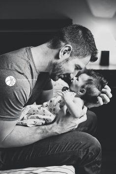 pai sentado com fiho recem nascido nos braços