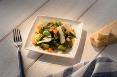 Salade d'asperges, épinards, mange-tout au parmesan et émulsion de tomates à l'estragon