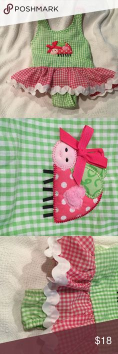 Mud pie onesie tutu in green white pink NWOT Mud pie green white gingham check with pink white gingham checked tutu like skirt with adorable scalloped grosgrain white ribbon to make hemline Standout. Adorable mixed material turtle with big bow. Back offer elastic for flexible growth 2-3t but 24months is more reasonable on this one. NWOT Mudpie One Pieces