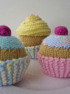 knit cupcake patterns - wonder if I remember how to knit well enough to figure these out. Easy Knitting, Loom Knitting, Knitting Patterns, Crochet Patterns, Crochet Food, Crochet Yarn, Knitting Projects, Crochet Projects, Fairy Cakes