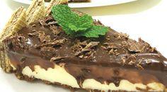Torta holandesa diet sem açúcar - Ingredientes: 1 p de wafer zero açúcar chocolate picado (115 g), 2 col. sopa de margarina culinária (40 g). Recheio: 1 p de cream cheese (150 g), 1 cx gelatina em pó s/ sabor (12 g), 1 cx creme de leite (200 g), 1 embalagem de pó preparo de sobremesa sabor leite condensado zero açúcar (220 g). Cobertura: 1 pote de creme de avelã com chocolate zero açúcar (150 g), ½ cx de creme de leite (100 g), 1 p de wafer zero Açúcar chocolate (115 g) cortado na diagonal