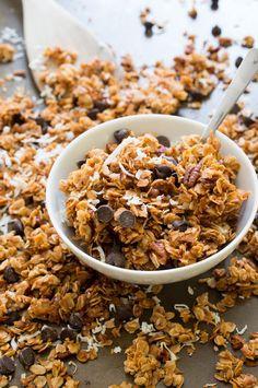 Com 6 ingredientes apenas, faz esta pequena maravilha do blog Chef Savvy. É escandalosamente deliciosa, estupidamente fácil e ligeiramente saudável, porque infelizmente a granola não é propriamente a