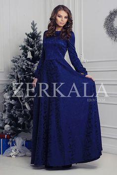 Темно-синее платье в пол с длинными рукавами. Ткань жаккард.