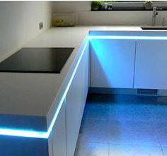 El diseño implica arriesgar, y usar LED en la cocina es una apuesta elegante   #cocinas #mueblesdecocina