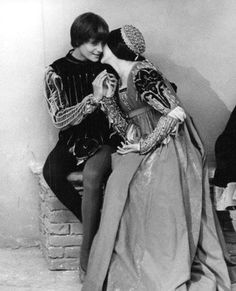My all time favorite costume drama. William Shakespeare, Shakespeare And Company, Film Romeo And Juliet, Romeo And Juliet Costumes, Zeffirelli Romeo And Juliet, Leonard Whiting, Old Film Stars, Olivia Hussey, 60s And 70s Fashion