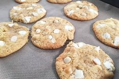 In de Zon(dig)dag-video van vandaag maakt redactrice Robine zalige white chocolate chips macadamia cookies. Alwéér een van haar favoriete recepten.
