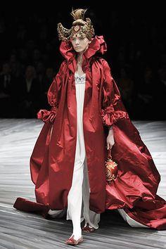 Desfile da Semana de Moda de Paris  Mais detalhes em www.vistase.net/?p=807  Foto da Vogue inglesa.