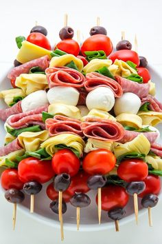 Healthy Recipes Antipasto skewers = easiest appetizer EVER. - Easy and amazing antipasto skewers! The perfect party appetizer. Skewer Appetizers, Appetisers, Appetizers For Party, Cold Appetizers, Thanksgiving Appetizers, Beach Appetizers, Easiest Appetizers, Italian Appetizers Easy, Simple Appetizers
