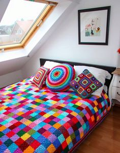According to Matt…: Granny Square Blanket….The Sequel! Wow makes the stark white room feel exciting and inviting.A great pattern for the crochet beginner as each suare is only one colour, lovely blanket, bright and trendy!Caracol handmade: The g Crochet Home, Love Crochet, Crochet Crafts, Crochet Baby, Crochet Projects, Knit Crochet, Simple Crochet, Rainbow Crochet, Loom Knit