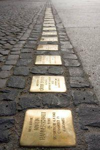 stolpersteine-Hay una tendencia creciente entre los alemanes dedicados a conmemorar el Holocausto de convertir a las víctimas judías en chivo expiatorio para criticar a los israelíes y avanzar la causa palestina.