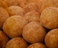 Gli arancini sono una specialità della cucina siciliana: sono delle specie di palle di riso fritto farcito con ragù, mozzarella, piselli o altro; Il nome deriva dalla forma e dal colore tipici, che ricordano un'arancia; ecco qui la ricetta per prepararli con il Bimby.