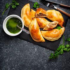 Empanadas (αργεντίνικα πιτάκια) με κιμά | Έθνος Empanadas, Pretzel Bites, Cantaloupe, Bread, Fruit, Recipes, Food, Brot, Recipies