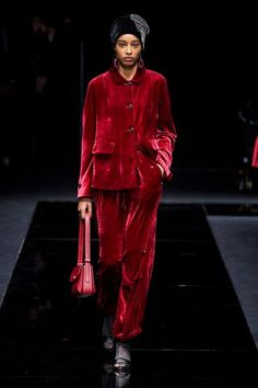 The complete Giorgio Armani Pre-Fall 2020 fashion show now on Vogue Runway. Red Fashion, Fashion 2020, Modest Fashion, Couture Fashion, Runway Fashion, High Fashion, Fashion Show, Womens Fashion, Fashion Trends
