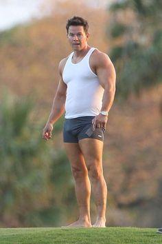Mark Wahlberg e il boa fra le gambe: la foto