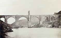 Puente de Alcántara. Sobre este puente, hay una interesante serie de fotografías antiguas de Laurent, de hacia 1870.  Pero estas que ponemos aquí, son de la década de los 50 del siglo XIX, de hacia 1859, de Charles Clifford. En todas ellas aparece gente, cosa muy apreciada en la fotografía antigua, por lo que resultan algo más interesantes.