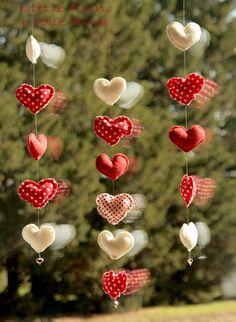 Guirlande de  5 coeurs de Noël rouge  par littlefishlittlebird