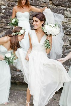 une femme mariée heureuse, robe mariage civil élégante et magnifique en blanc