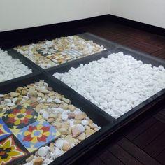 Projetei e executei um piso de sala comercial, utilizando vigas de madeira, seixo, dei uma suavizada com alguns elementos como azulejo português, envolvidos por um deck modular, suavemente coberto por uma espessa camada de vidro